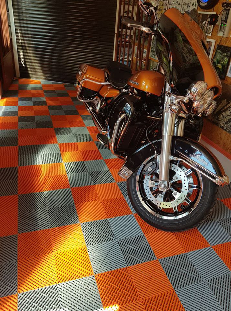 Dalle de garage Squarefloor orange pour moto